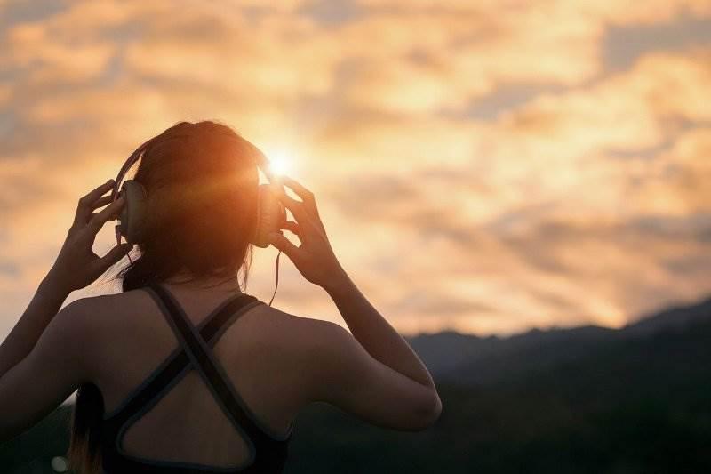 žena glazba slušalice