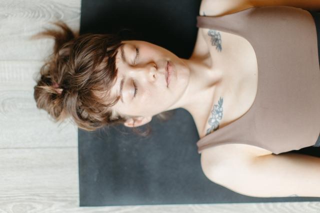 žena, meditacija, zatvorene oči